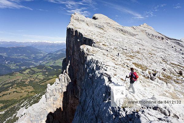 Bergsteiger auf der Kreuzkofelscharte  hinten der Heiligkreuzkofel und der Zehner  unten das Gadertal  Alta Badia  Dolomiten  Südtirol  Italien