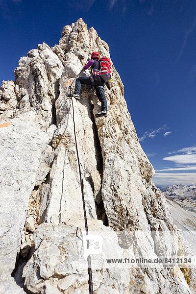 Bergsteiger beim Aufstieg über die Zehner-Ferrata auf die Zehnerspitze in der Fanesgruppe im Naturpark Fanes-Sennes-Prags  Alta Badia  Dolomiten  Südtirol  Italien