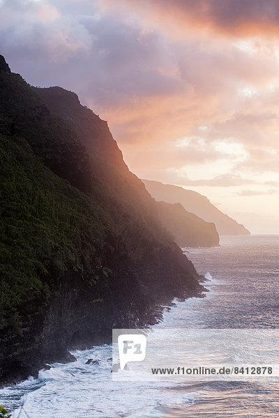 Felsen der Napali Coast bei Sonnenuntergang  Kaua´i  Hawaii  USA