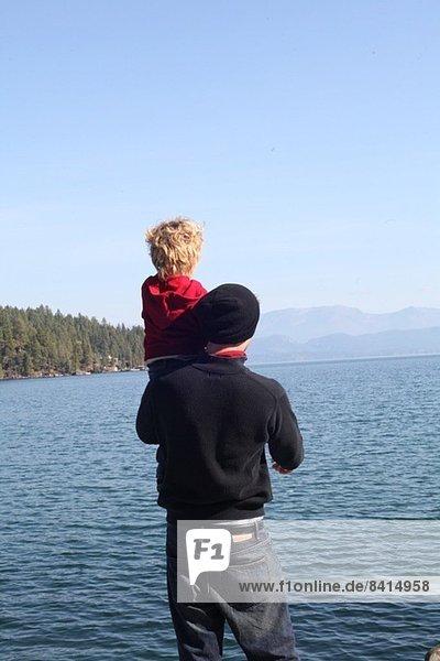 Vater und Kleinkind Tochter mit Blick über den See