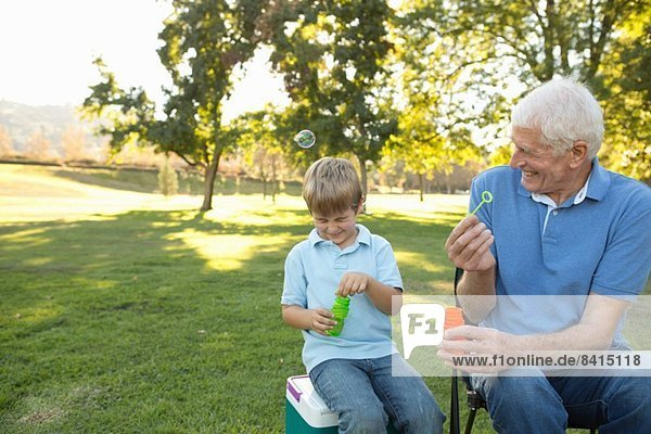 Großvater und Enkel Blasen blasen