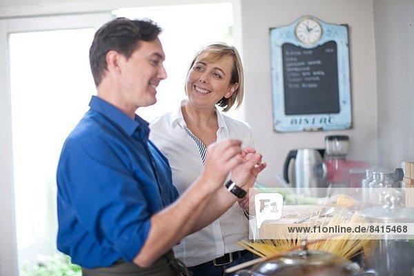Reife Paare in der Küche