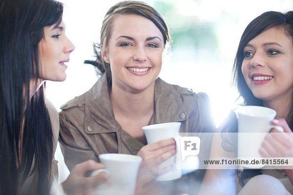 Drei Freundinnen beim Kaffeetrinken
