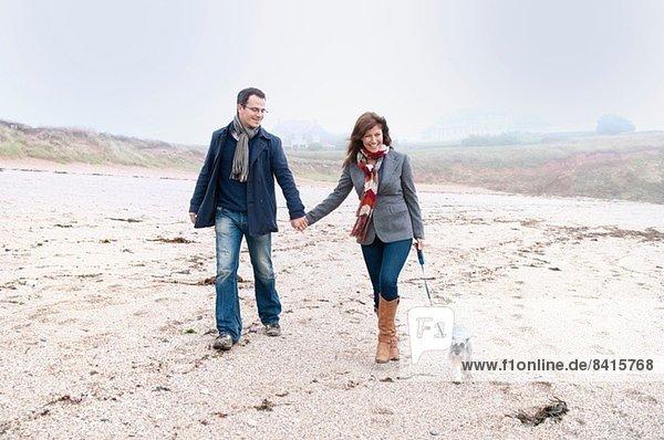 Paar Spaziergänge mit Hund am Strand  Thurlestone  Devon  UK