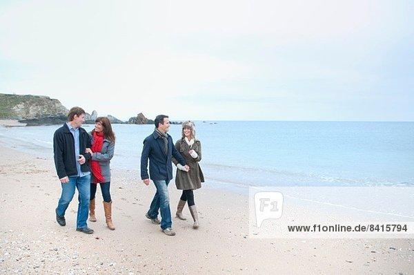 Zwei erwachsene Paare am Strand  Thurlestone  Devon  UK