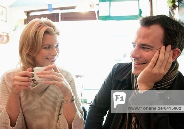 Mittleres erwachsenes Paar im Coffee Shop