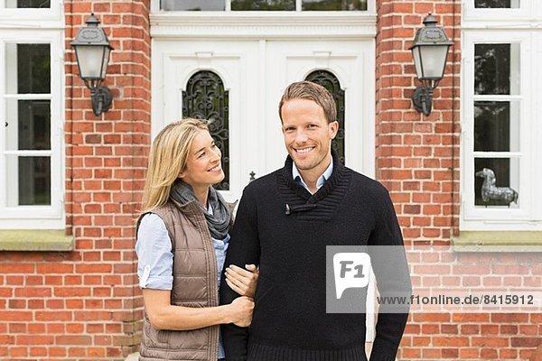 Mittleres erwachsenes Paar außerhalb des Hauses