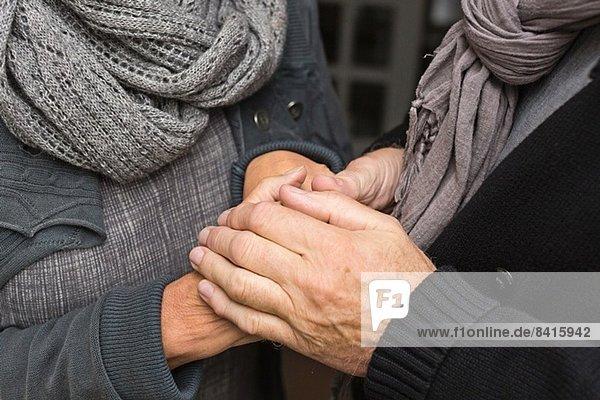 Seniorenpaar hält Händchen  Nahaufnahme