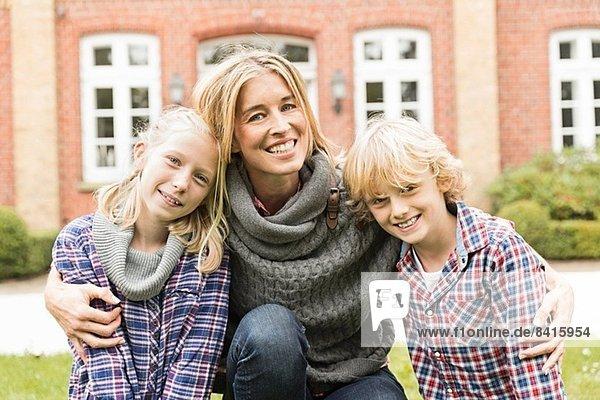 Porträt der Mutter mit zwei Kindern