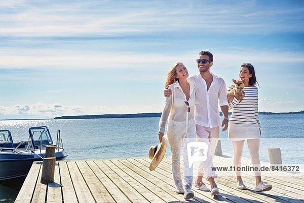 Junge Erwachsene beim Spaziergang am Pier  Gavle  Schweden