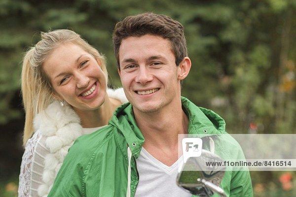 Porträt eines jungen Paares auf der Vespa sitzend