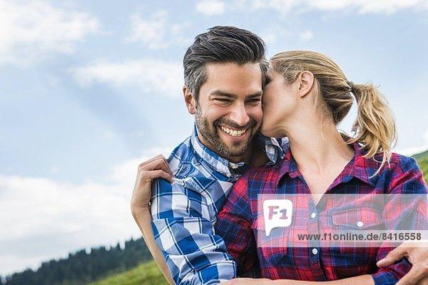 Paarumarmungen und Küsse