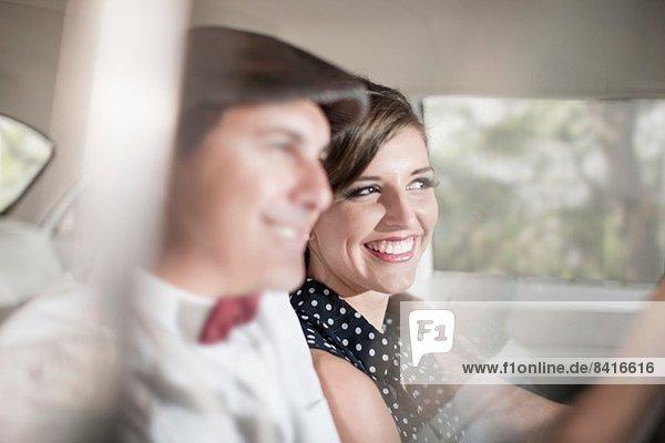 Nahaufnahme eines Paares im Oldtimer