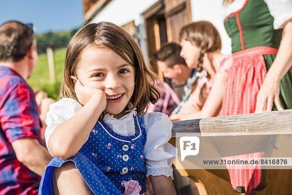 Porträt eines Mädchens beim Frühstück vor dem Chalet,  Tirol,  Österreich