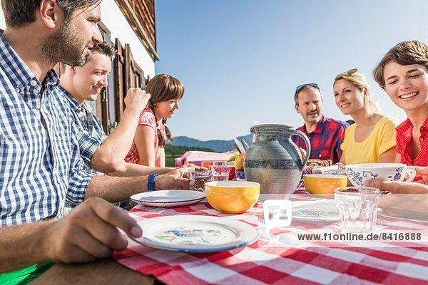 Freunde beim Frühstücken im Chalet,  Tirol,  Österreich
