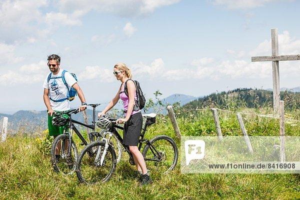 Paar auf Mountainbikes  Tirol  Österreich
