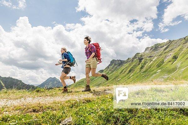 Freundinnen beim Wandern  Tirol  Österreich