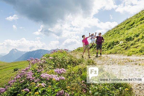 Eltern und Tochter beim Spaziergang  Tirol  Österreich