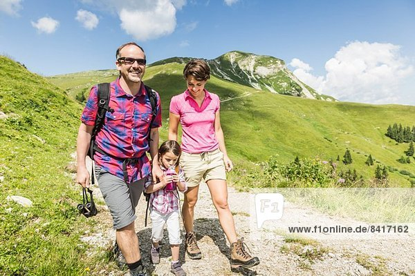Eltern und Tochter beim Bergwandern  Tirol  Österreich