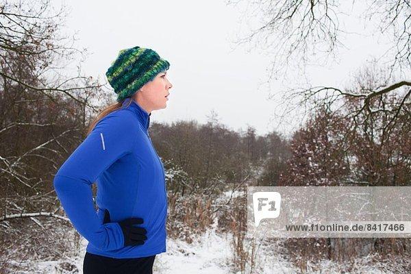 Läuferin macht Pause in der Winterszene