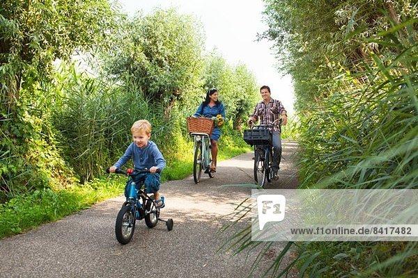 Familienradfahren auf dem Landweg