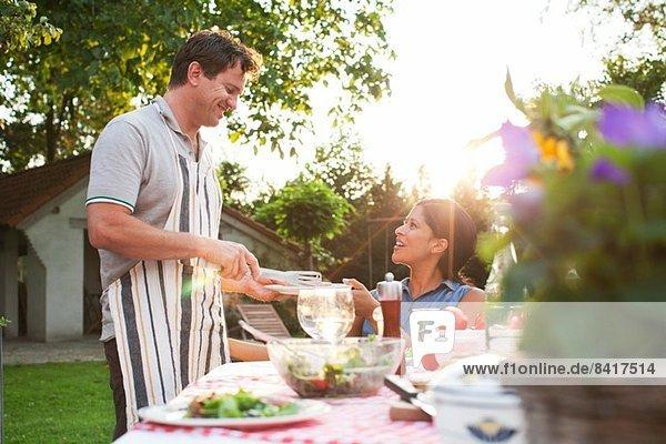 Paar beim Abendessen im Garten