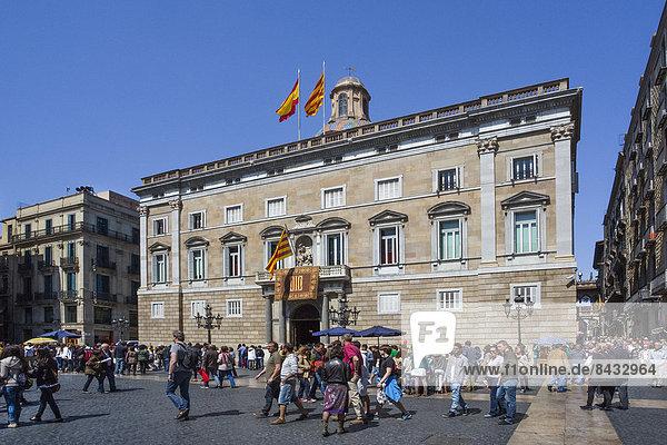 Europa  Gebäude  Großstadt  Regierung  Quadrat  Quadrate  quadratisch  quadratisches  quadratischer  Säule  Fahne  Barcelona  Barrio Gotico  Katalonien  römisch  Spanien