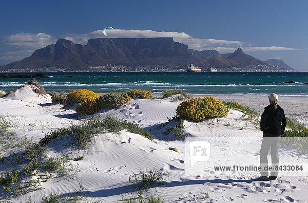 Südliches Afrika  Südafrika  Kitesurfer  Frau  Strand  Tafelberg  Afrika  Bloubergstrand  Kapstadt