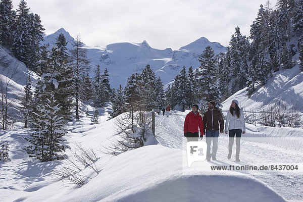Frau Berg Winter Mann gehen folgen Weg wandern Kanton Graubünden Wanderweg