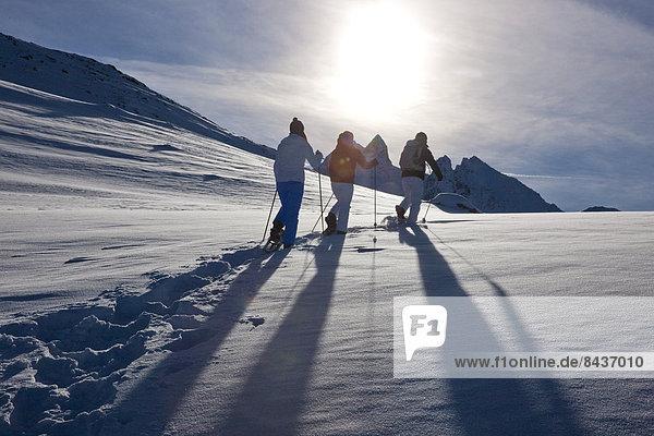 Schneeschuh Frau Berg Winter Mann gehen wandern 3 Kanton Graubünden Schnee Wintersport