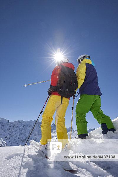 Freizeit Wintersport Winter Mann Sport Abenteuer schnitzen Skisport Ski 2 Kanton Graubünden Tiefschnee Pulverschnee Sonne