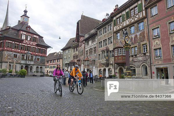 Senior Senioren Frau Mann Fahrradfahrer Fahrrad Rad Stadt Großstadt Fahrrad fahren