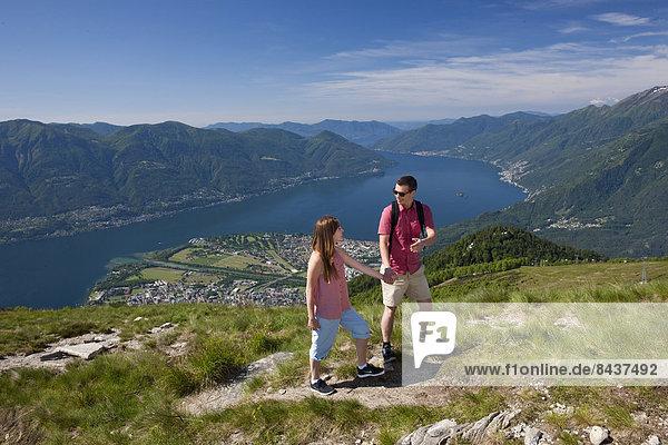 Frau Berg Mann gehen See wandern Ansicht Südschweiz