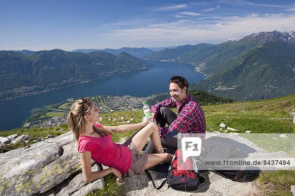 Frau Berg Mann ruhen gehen See wandern Ansicht Rest Überrest Südschweiz