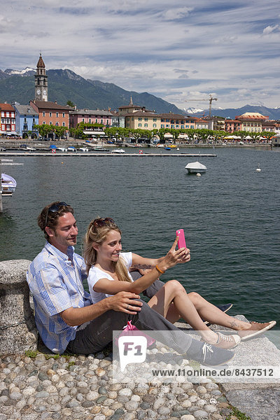 Wasser Frau Mann Sommer See fließen Fluss Bach Dorf Smartphone Südschweiz