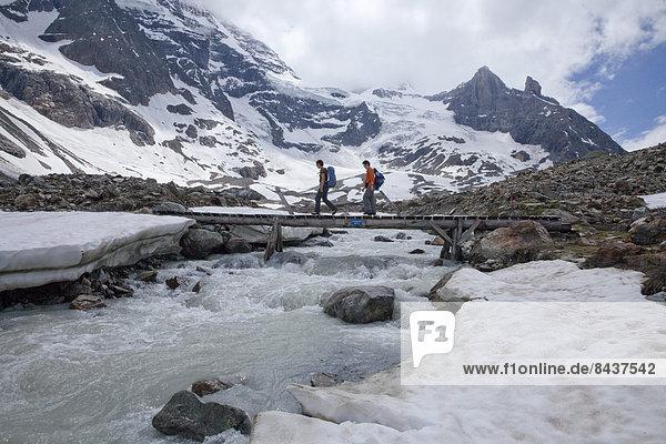 Wasser Berg gehen folgen Weg Eis Brücke fließen Fluss Bach Gletscher Berner Alpen Moräne Wanderweg Gewässer
