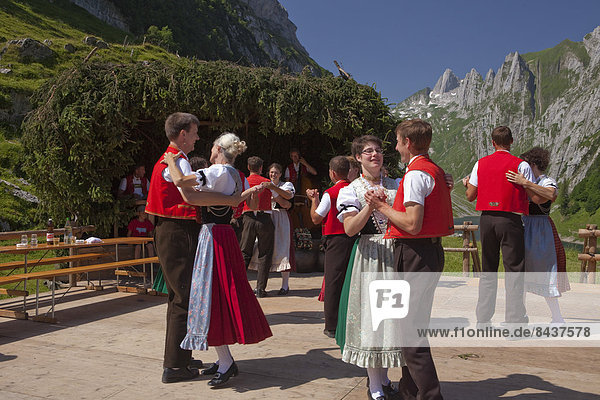 Europa Berg Tradition Party tanzen See Alpen Folklore Bergsee Schweiz
