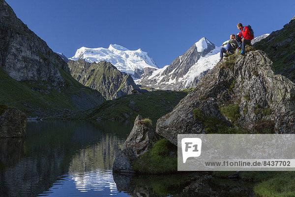 Frau Berg Mann ruhen gehen Spiegelung Eis wandern 2 Bergsee Rest Überrest