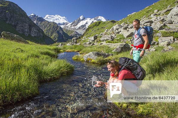 Wasser Frau Berg Mann gehen wandern Gewässer
