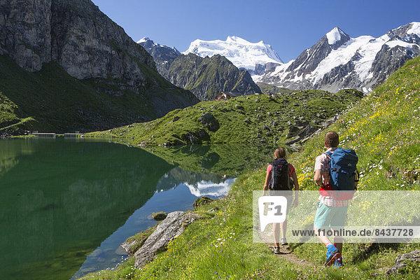 Frau Berg Mann gehen Spiegelung Eis wandern 2 Bergsee