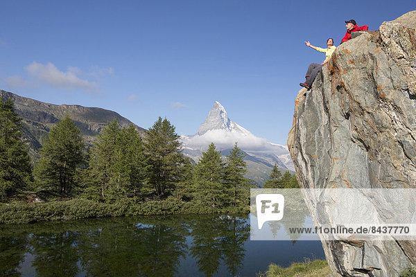 Frau Mann gehen Steilküste Spiegelung See wandern Matterhorn Bergsee