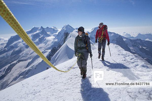 Frau Berg Mann gehen Seil Tau Strick aufwärts Eis wandern Gletscher Monte Rosa Breithorn