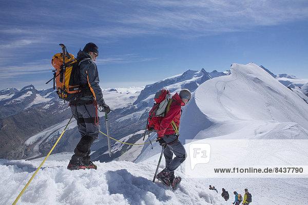 Panorama Frau Berg Mann gehen Seil Tau Strick absteigen Eis wandern Gletscher Monte Rosa Breithorn