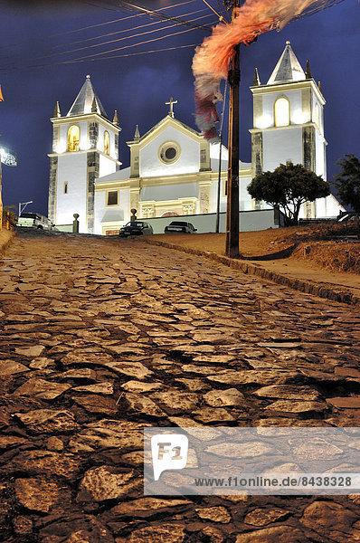 Kopfsteinpflaster  Nacht  Gebäude  Straße  Kirche  Neuengland  Bahia  Brasilien  Pernambuco  Südamerika