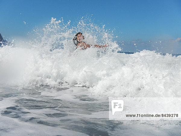 Wasser  Jugendlicher  Frau  Fröhlichkeit  europäisch  Strand  Bikini  Küste  Wasserwelle  Welle  Meer  Kanaren  Kanarische Inseln  Mädchen  Spaß  Spanien  Teneriffa