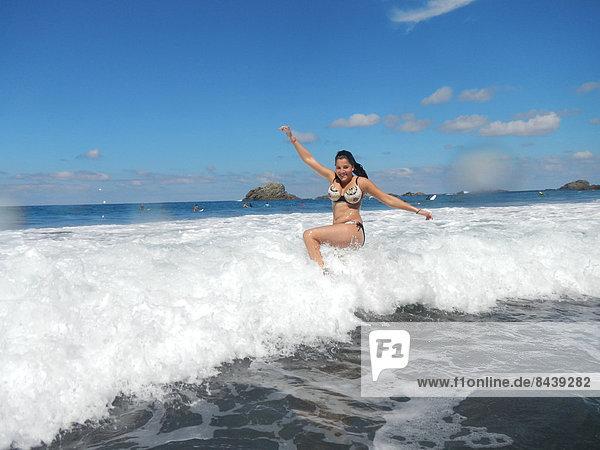 sitzend  Wasser  Jugendlicher  Frau  Fröhlichkeit  europäisch  Strand  Bikini  Küste  Meer  Kanaren  Kanarische Inseln  Mädchen  Spaß  Spanien  Teneriffa