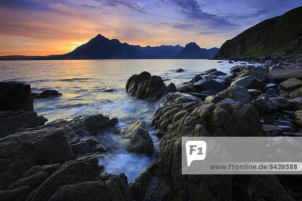 Felsbrocken  Panorama  Landschaftlich schön  landschaftlich reizvoll  Wasser  Europa  Berg  Stein  Strand  Sommer  Abend  Sonnenuntergang  Großbritannien  Steilküste  Küste  Meer  Natur  Insel  Abenddämmerung  Elgol  Isle of Skye  Schottland  schottisch  Skye  Dämmerung