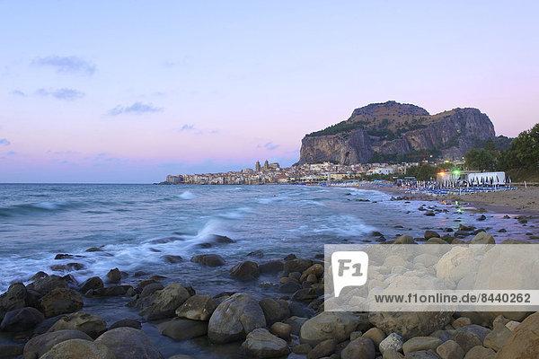 Außenaufnahme Europa Strand Abend Küste niemand Stadt Großstadt Meer Stimmung Insel Ansicht Cefalu Abenddämmerung Italien Mittelmeer Sizilien Süditalien
