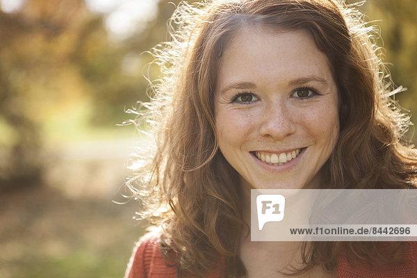 Porträt einer glücklichen jungen Frau  Nahaufnahme