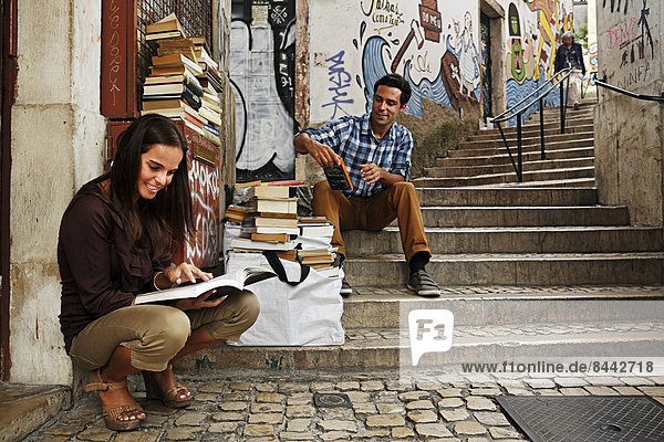 Portugal  Lisboa  Baixa  Rua do Madalena  junges Paar vor dem Antiquariat
